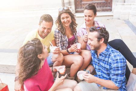 comiendo helado: Los turistas que comen aguanieve, hablando y mirando el uno al otro. La foto fue tomada en Pisa, pero también podría ser utilizado para Roma, Florencia o Milán.