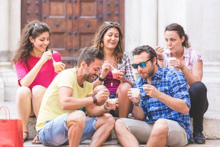 granizados: Los turistas que comen aguanieve, hablando y mirando el uno al otro. La foto fue tomada en Pisa, pero también podría ser utilizado para Roma, Florencia o Milán.