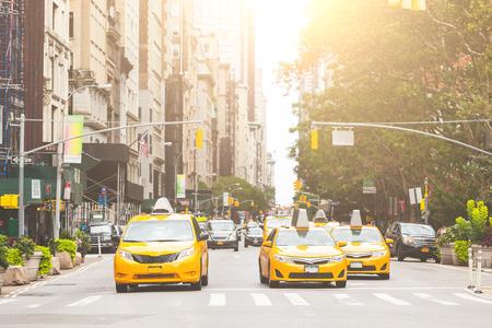 De taxi amarilla típica en calle de Manhattan. Los taxis amarillos son un famoso icono de la ciudad de Nueva York.