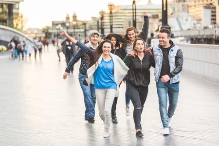Multiraciale groep vrienden genieten van hun tijd in Londen. Ze zijn vier vrouwen en twee mannen van in de twintig, zijn ze wandelen, lachen en plezier samen. Vriendschap en lifestyle concepten.
