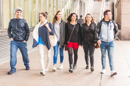 jovenes felices: Grupo de amigos que caminan y se divierten juntos en Londres. Son cuatro niñas y dos niños en sus años veinte, los conceptos de amistad y de estilo de vida, ropa de otoño