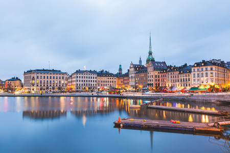 View of Stockholm old town at dusk. Long exposure shot, with water on foreground and blurred clouds on the sky. Typical scandinavian architecture and colors. Travel and tourism concept. Stockfoto