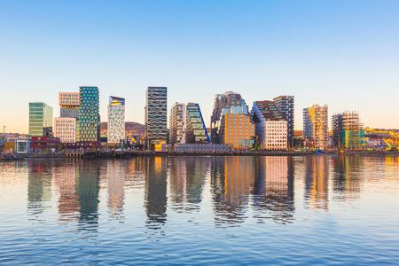 Moderne gebouwen in Oslo, Noorwegen, met hun reflectie in het water. Dit zijn enkele van de nieuwe gebouwen in de buurt van Bjorvika. Begrippen van reizen en architectuur.