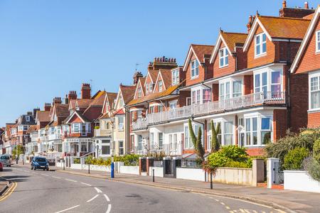 Straße im Süden von England mit typischen Häusern. Es gibt eine Hauptstraße in einem Dorf mit typisch britischen Häuser auf der Seite. Sie sind rot und weiß mit einer Wand und ein kleines Tor auf der Vorderseite. Standard-Bild