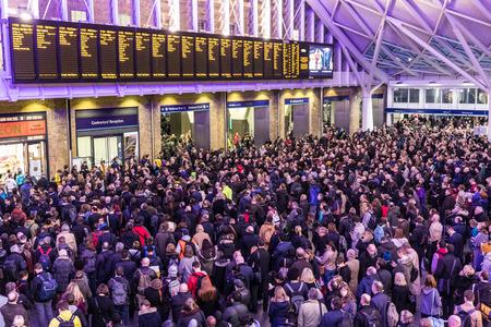 런던, 영국 -2007 년 2 월 23 일 : 도시에서 붐비는 킹스 크로스 역. 스톰 도리스 (Storm Doris)가 영국을 속눈썹으로 삼아 지연과 취소로 열차를 기다리는 수