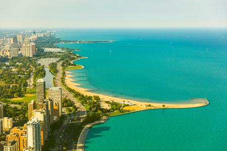 Luchtfoto van Chicago aan het meer, getinte afbeelding. Vintage gekleurde foto van gebouwen en snelweg naast het meer Michigan. Foto van helikopter in Chicago. Zomer- en reisconcepten