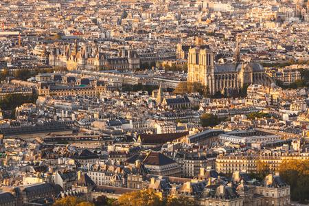パリ、ノートルダム大聖堂空撮夕暮れ時です。建物と屋根の上のすべての周りに、パリの有名な教会のパノラマ風景。アーキテクチャおよび旅行の 写真素材