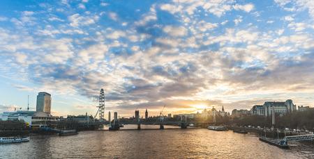 Het panorama van Londen bij zonsondergang met de Big Ben op achtergrond. Foto genomen vanaf de Waterloo-brug, met enkele van de meest beroemde bezienswaardigheden in Londen, de Big Ben is in het midden. Reis- en architectuurconcepten
