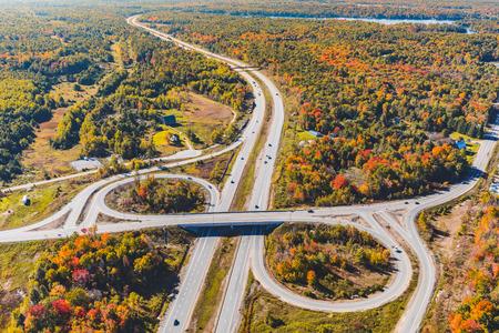 秋の高速道路ジャンクション撮。オンタリオ州、カナダの秋のシーズン中のヘリコプターから撮影した写真。カラフルな木と木。旅行と自然の概念