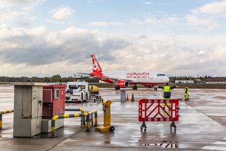 ベルリン, ドイツ - 2016 年 4 月 27 日: Airberlin エアバス A320 ベルリン空港で。同社は破産申請は、2017 年 10 月 28 日に業務を停止します。 報道画像