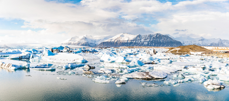 jokulsarlon glacier lagoon with iceberg floating and mountains on background. Beautiful view of this lake in the Vatnajokull area. Nature and travel concepts. Фото со стока