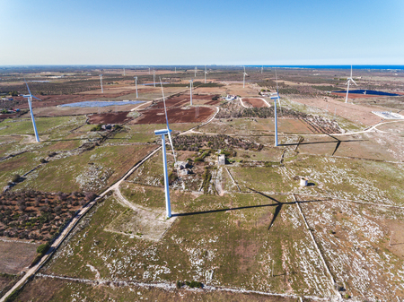전기 에너지 생성 용 풍력 터빈. 바람에 의한 청정 에너지 생산을위한 발전소. 바람 농장의 공중보기 스톡 콘텐츠 - 89176960