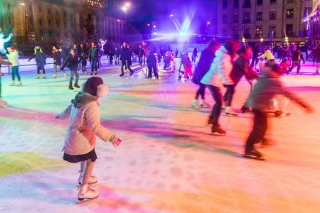 ミュンヘン, ドイツ - 2016 年 12 月 11 日: 人々 はアイス スケート カールス。昼と夜市の有名な広場の中に大きな氷のスケート リンクは利用可能なク