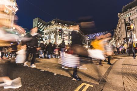 オックスフォード ・ サーカス、ロンドンの交差道路での人々。クリスマスの時期だし、街を多く飾るライトがあります。旅行、休日やショッピング