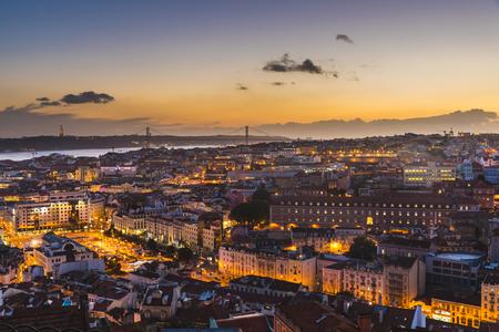 Vue panoramique de Lisbonne au crépuscule. Belle et colorée vue chaleureuse de la capitale du Portugal avec les lumières allumées. Concepts de voyage et d'architecture
