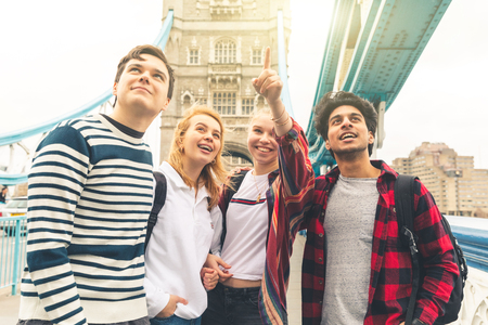 Happy students on Tower Bridge in London during school trip - Multiracial group of teenagers best friends enjoying time together visiting the city - Lifestyle and tourism in London Stockfoto