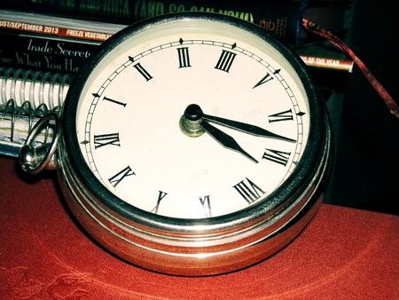 numeros romanos: Reloj de metal con n�meros romanos