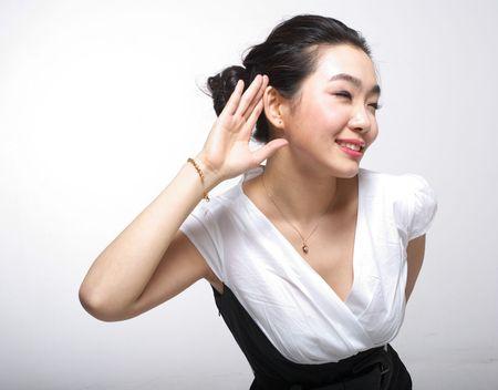 Asian woman listening Imagens