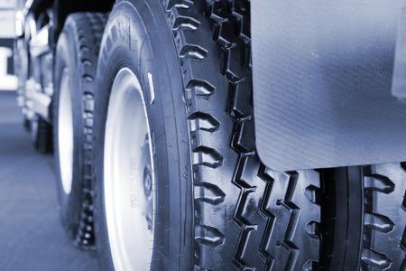 pisar: neumático de camión cerca
