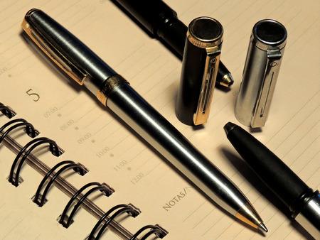 comunicación escrita: Bloc de notas y bolígrafos como parte de la comunicación escrita. Foto de archivo