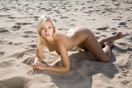nue plage: tr�s sexy girl nue sur la plage de ponte dans le soleil Banque d'images