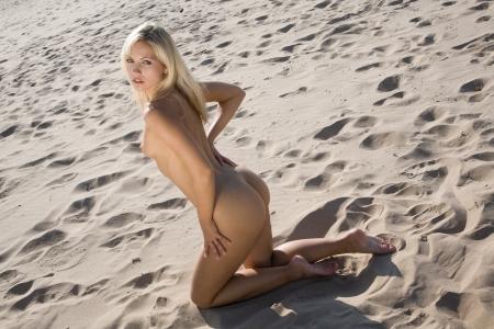 girl sexy nude: muy sexy chica desnuda en la playa tendido al sol