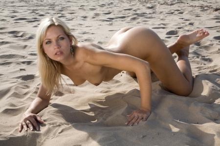 naaktstrand: zeer sexy naakt meisje op het strand in de zon te leggen Stockfoto