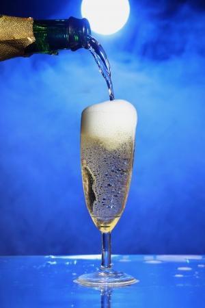 Champagne fiesta de celebraci�n con un fondo misterioso humo photo