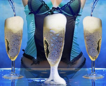 brindisi champagne: donna sexy in lingerie a champagne champagne celebrazione partito pooring
