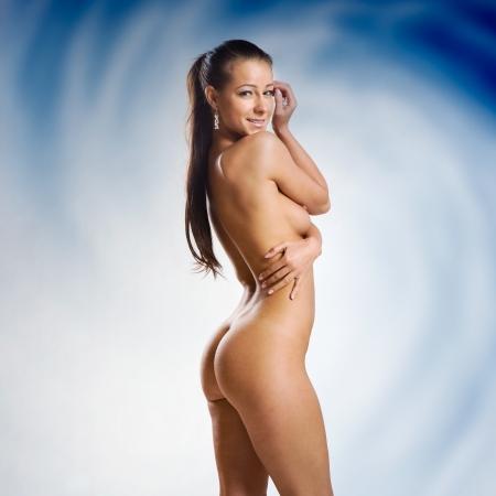 mujer sexy desnuda: mujer desnuda muy bella y sexy sobre fondo azul y blanco