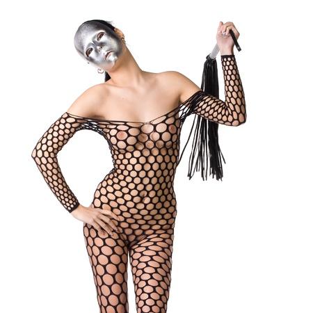 corps femme nue: belle femme nue ou nu habillé seulement dans le bas résille ou robe et elle tient un fouet dans ses mains et son visage est recouvert d'un masque effrayant crépus ou masque sur un fond blanc