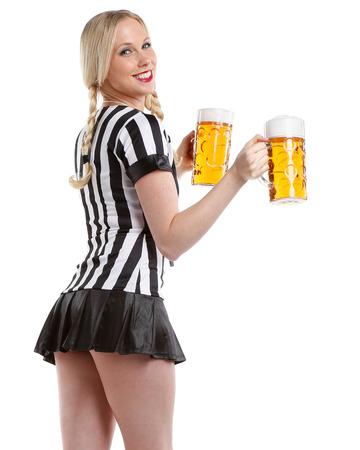 arbitros: mujer muy hermosa y feliz en traje de deportes de fútbol con un gran vaso de cerveza en sus manos