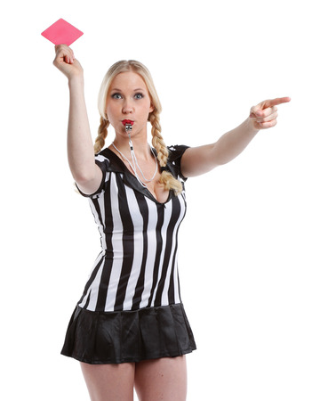 arbitros: mujer hermosa y sexy en el fútbol camisa de árbitro de juego es la celebración de su tarjeta de rojo
