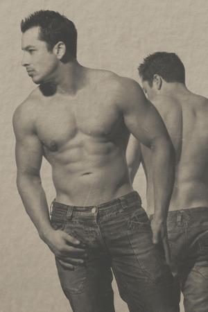 homosexuales: hombres atractivos y una hermosa imagen dada retro viejo de la vendimia miran con papel viejo y ara�azos