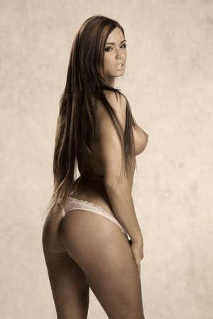 mujeres desnudas: Muy hermosa mujer y la imagen en topless en una mirada de la vendimia con el fondo de papel viejo