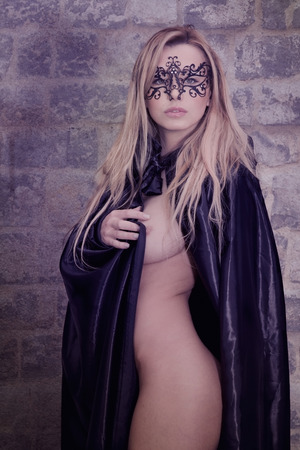 fille nue sexy: Belle femme nue ou nu portant une cape et un masque sur son visage couvrant