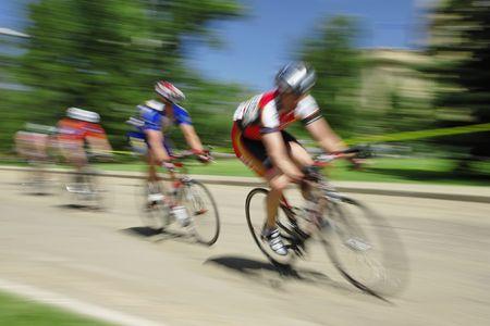 アルバータ州エドモントンでアルバータ州議会議事堂の敷地内の自転車レース。