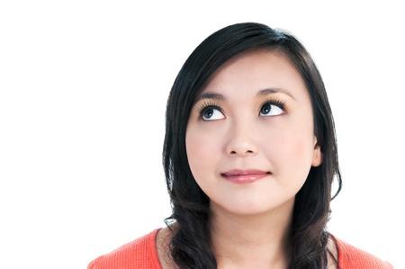 mujeres pensando: Retrato de primer plano de una joven y bella mujer buscar sobre fondo blanco.