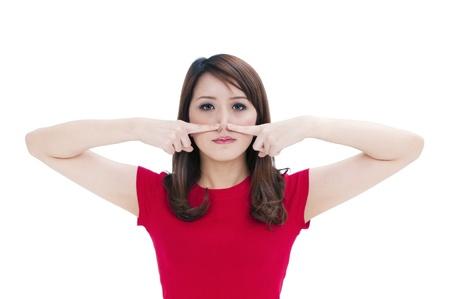 nose: Ritratto di una donna attraente giovane premendo contro il naso con le dita, isolato su sfondo bianco.