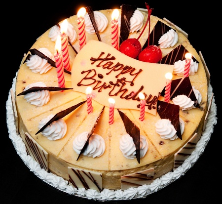 gateau anniversaire: G�teau d'anniversaire avec des bougies allum�es. Banque d'images