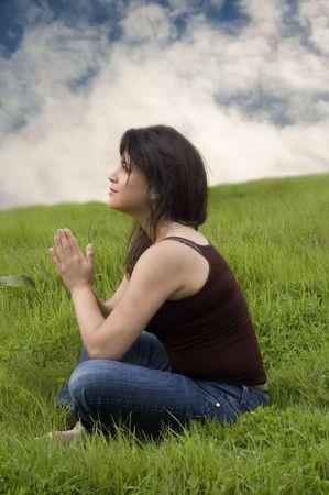 mujeres orando: Mujer sentada en la oraci�n plantean