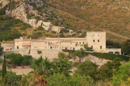 disused: Vista de una finca abandonada cerca de Puerto Pollensa