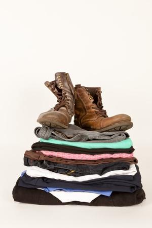 revoltijo: Par de botas y ropa vieja de la tienda de caridad o un mercadillo