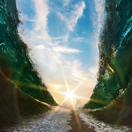 Duże fale. Morze przedzielone piaszczystą ścieżką prowadzącą do słońca z odciskami stóp na piasku
