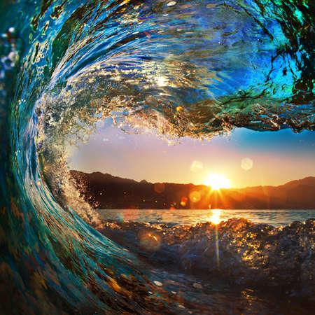 rugueuse vague de l'océan de couleur tombant à l'heure du coucher du soleil