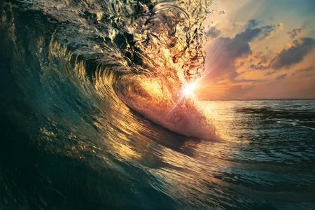 the granola: las olas del océano de color en bruto cayendo en la puesta del sol