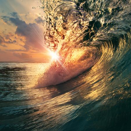 거친 색깔의 바다 파도 일몰 시간에 아래로 떨어지고