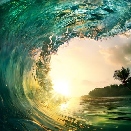 열 대 일몰 배경입니다. 야자수와 모래 해변 근처 닫는 충돌하는 아름 다운 화려한 바다 물결