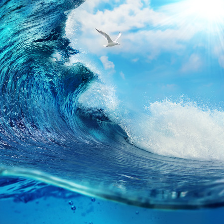 ocaen vue paysage marin Big wave surfer sur l'océan avec un ciel légèrement nuageux et le soleil