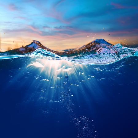 ontwerpsjabloon met onderwateronderdeel en zonsondergang dakraam opgesplitst door waterlijn Stockfoto